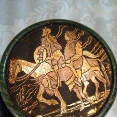 Antigüedades: CAJITA EN MADERA LACADA Y CINCELADO EN TAPA DE DON QUIJOTE Y SANCHO PANZA EN ORO. MITAD S. XX.. Lote 102521907