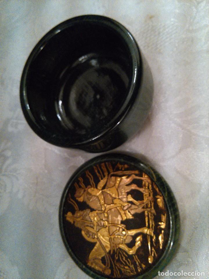 Antigüedades: CAJITA EN MADERA LACADA Y CINCELADO EN TAPA DE DON QUIJOTE Y SANCHO PANZA EN ORO. MITAD S. XX. - Foto 4 - 102521907