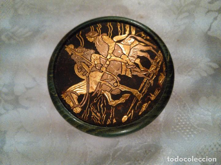 Antigüedades: CAJITA EN MADERA LACADA Y CINCELADO EN TAPA DE DON QUIJOTE Y SANCHO PANZA EN ORO. MITAD S. XX. - Foto 5 - 102521907