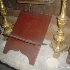 Antigüedades: PRECIOSO ATRIL TALLADO CON VISAGRA EN MADERA Y POLICROMIA SIGLO XVII. Lote 102550943