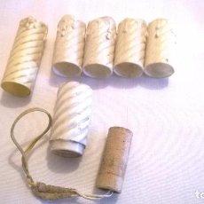 Antigüedades: CASQUILLO Y VELAS ANTIGUAS PARA LÁMPARAS. Lote 102557203