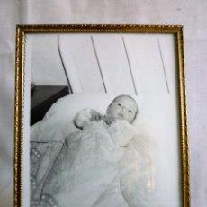 Antigüedades: PORTAFOTOS ANTIGUO DE LATÓN REPUJADO CON FOTO DE ÉPOCA, CON CRISTAL Y TRASERA PERFECTOS. Lote 102576779