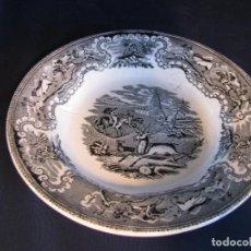 Antigüedades: PLATO DE CERÁMICA DE CARTAGENA CON ESCENA DE CAZA, CON SELLO EN BASE, DEFECTOS. Lote 102615223