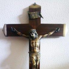 Antigüedades: JESUCRISTO CRUCIFICADO - CRUZ DE MADERA CON REMACHADOS DE LATÓN - CRISTO DE BRONCE - REF. 856. Lote 102637355