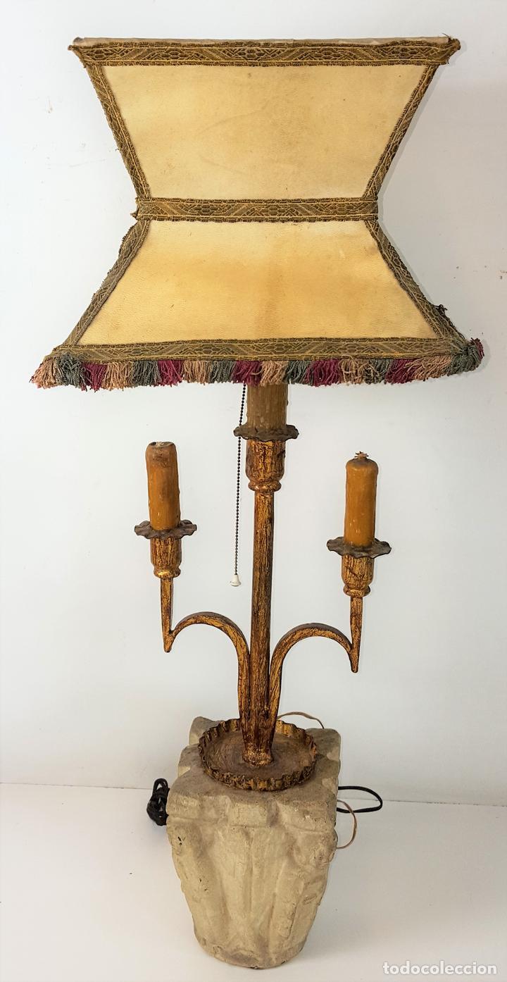 LÁMPARA DE SOBREMESA. HIERRO FORJADO Y DORADO. PANTALLA DE PERGAMINO. ESPAÑA. SIGLO XX. (Antigüedades - Iluminación - Lámparas Antiguas)