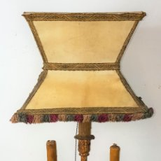 Antigüedades: LÁMPARA DE SOBREMESA. HIERRO FORJADO Y DORADO. PANTALLA DE PERGAMINO. ESPAÑA. SIGLO XX.. Lote 102689831