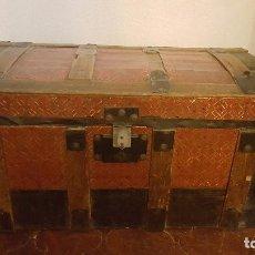 Antigüedades: BAUL DE VIAJE EN MADERA FORRADO EN CHAPA. ROJO Y NEGRO. . Lote 102729335