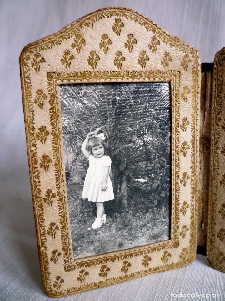 Antigüedades: ANTIGUO PORTAFOTOS DOBLE DE PIEL REPUJADO - PLEGABLE EN FORMA DE LIBRILLO - - Foto 2 - 102750519
