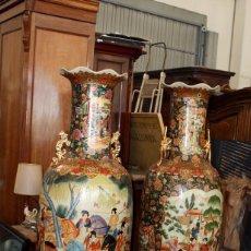 Antigüedades: IMPORTANTE PAREJA DE JARRONES CHINOS O JAPONESES EN PORCELANA PINTADOS. 181 CMS. DE ALTURA. Lote 102791427