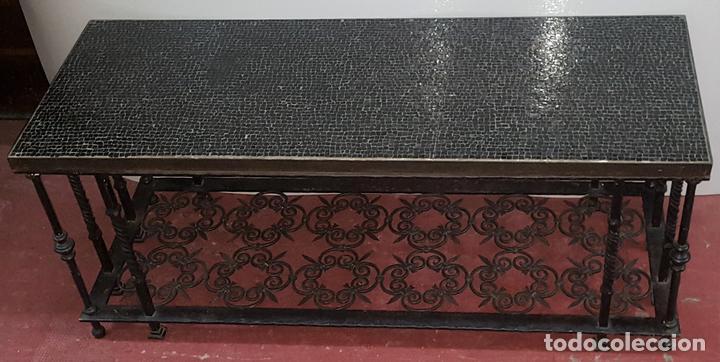 MESA CENTRO. MOSAICO DE TESELAS EN CRISTAL. NEGRO. HIERRO FORJADO. ESPAÑA. CIRCA 1950. (Antigüedades - Muebles Antiguos - Mesas Antiguas)