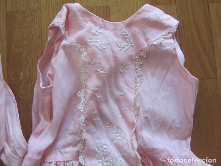 Antigüedades: Antiguo vestido para niña rosa pálido con muchos bordados - Foto 2 - 102972583