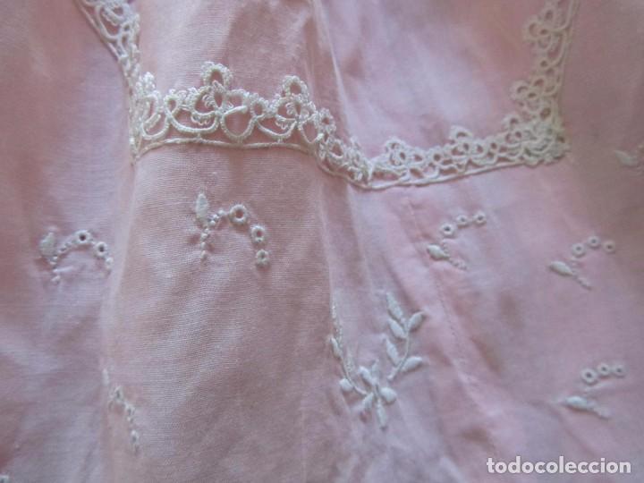 Antigüedades: Antiguo vestido para niña rosa pálido con muchos bordados - Foto 4 - 102972583