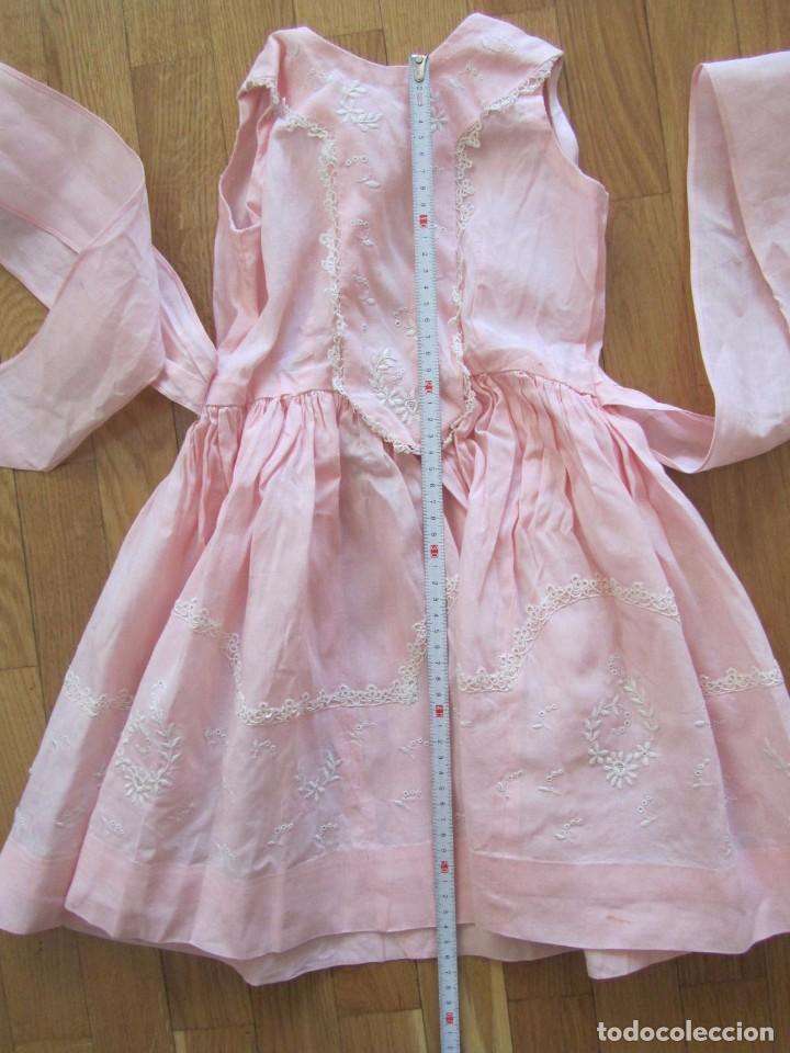 Antigüedades: Antiguo vestido para niña rosa pálido con muchos bordados - Foto 8 - 102972583