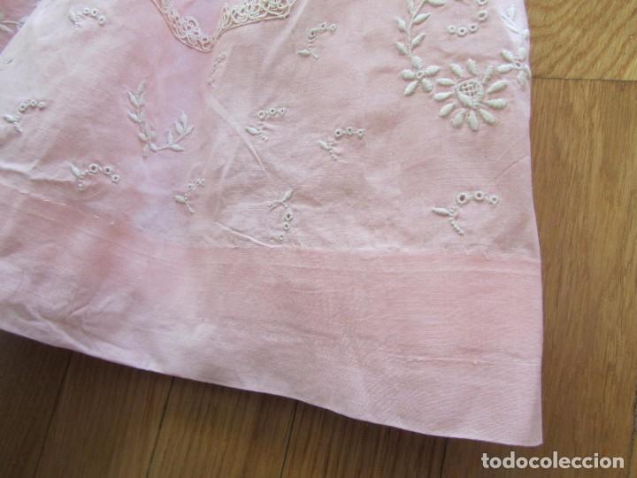 Antigüedades: Antiguo vestido para niña rosa pálido con muchos bordados - Foto 14 - 102972583