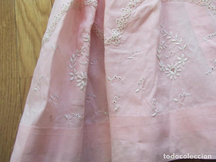 Antigüedades: Antiguo vestido para niña rosa pálido con muchos bordados - Foto 15 - 102972583