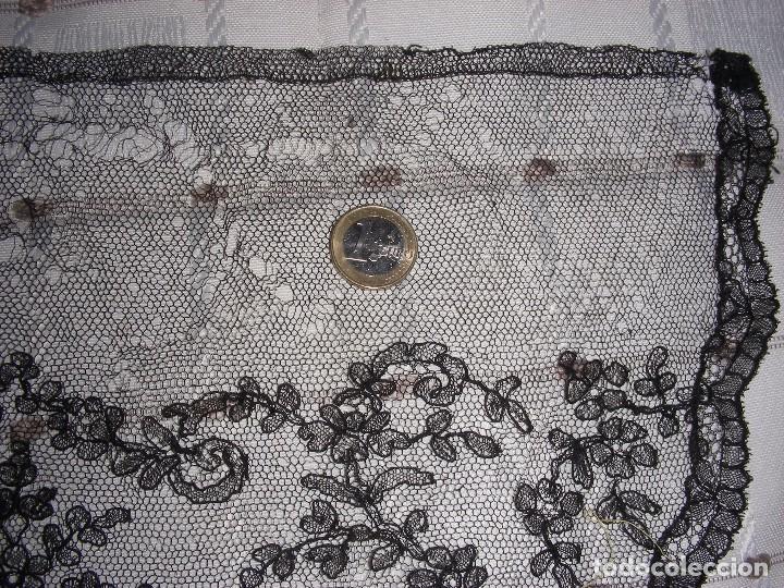Antigüedades: ANTIGUO ENCAJE TIPO CHANTILLY INDUMENTARIA - Foto 3 - 102978335