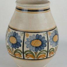 Antigüedades: JARRÓN EN CERÁMICA DE TALAVERA FIRMADO CHACÓN DECORACIÓN FLORAL SEGUNDA MITAD SIGLO XX. Lote 103075787