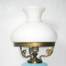 Antigüedades: PRECIOSA LAMPARA QUINQUE ORIGINAL CIRCA 1900 ELECTRIFICADA CERAMICA AZUL PASTEL BRONCE Y OPALINA. Lote 103079623
