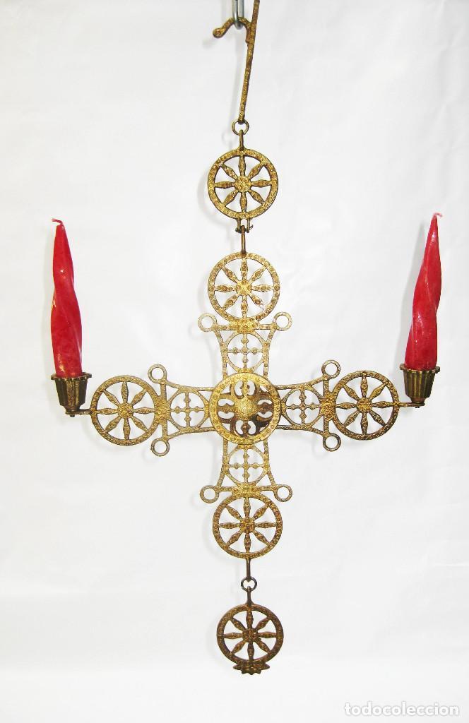 RARO CANDELABRO ANTIGUO RELIGIOSO DE COLGAR DE IGLESIA ALTAR O CAPILLA EN METAL TIPO BRONCE DORADO (Antigüedades - Religiosas - Artículos Religiosos para Liturgias Antiguas)