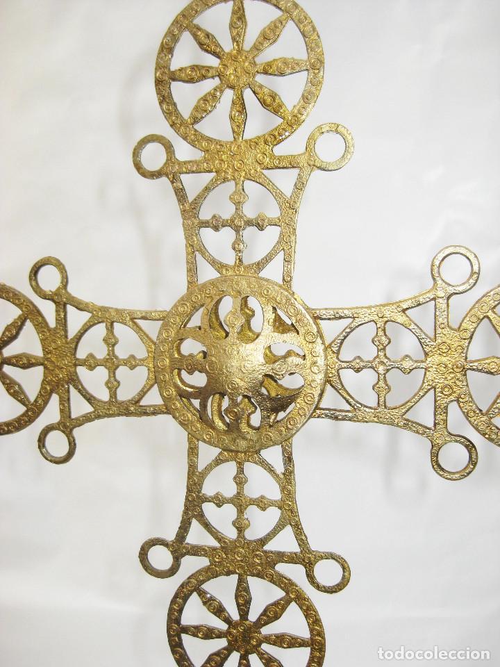 Antigüedades: RARO CANDELABRO ANTIGUO RELIGIOSO DE COLGAR DE IGLESIA ALTAR O CAPILLA EN METAL TIPO BRONCE DORADO - Foto 2 - 103084119