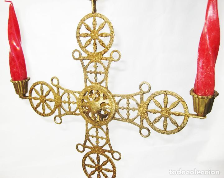 Antigüedades: RARO CANDELABRO ANTIGUO RELIGIOSO DE COLGAR DE IGLESIA ALTAR O CAPILLA EN METAL TIPO BRONCE DORADO - Foto 3 - 103084119