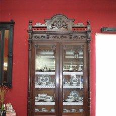 Antigüedades: VITRINA ALFONSINA ANTIGUA DE MADERA TALLADA. Lote 103116115