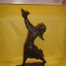 Antigüedades: FIGURA MUJER BRONCE PINTADO, PEANA DE MÁRMOL, AÑOS 80, NUEVA.. Lote 103188099