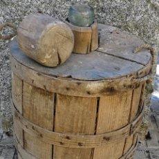 Antigüedades: ANTIGUA GARRAFA O DAMAJUANA REVESTIDA FORRADA DE MADERA - EN EL CUELLO SE LEE BARCELONA Y V.B. SA -. Lote 103235551
