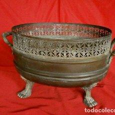 Antigüedades: ANTIGUO CENTRO MESA DE BRONCE LATON CON ASAS Y PATAS LABRADAS - MACETERO - FLORERO. Lote 156602564
