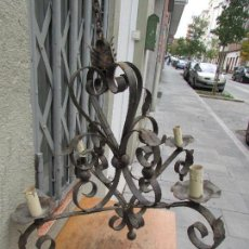 Antigüedades: LÁMPARA DE TECHO EN HIERRO FORJADO. ANTIGUA. PARA CUATRO BOMBILLAS. UN METRO ALTO. Lote 103364983