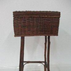 Antigüedades: ANTIGUO COSTURERO DE MIMBRE - INTERIOR DE TELA - VINTAGE. Lote 103385403
