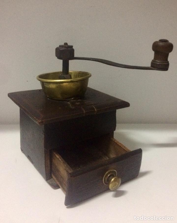 Antigüedades: Molinillo con caja de madera, embudo y tirador del cajón de latón, finales Siglo XVIII principios XI - Foto 3 - 103403947
