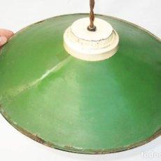 Antigüedades: LAMPARA DE TECHO HIERRO PORCELANICA VERDE RESTAURADA LISTA USO DECORACION INDUSTRIAL. Lote 103404527