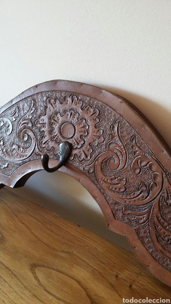 Antigüedades: Colgador de madera y cuero - Foto 2 - 103428027