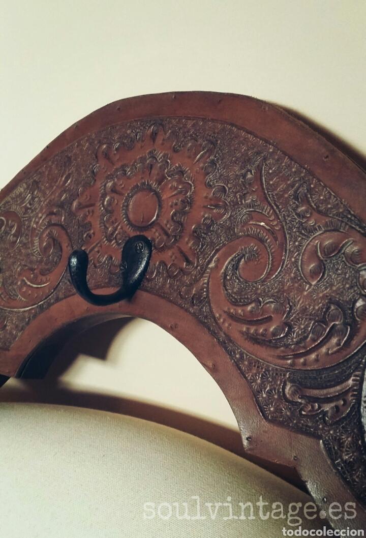 Antigüedades: Colgador de madera y cuero - Foto 3 - 103428027
