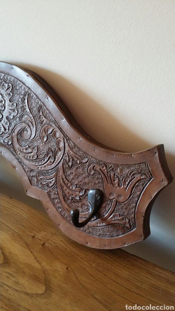 Antigüedades: Colgador de madera y cuero - Foto 5 - 103428027
