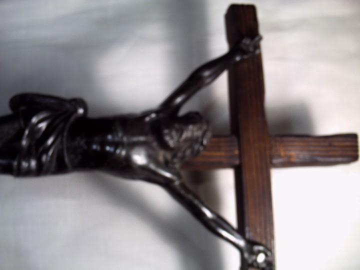Antigüedades: GRAN CRUCIFIJO DE MESA. CRISTO METÁLICO EN NEGRO SOBRE CRUZ DE PINO VIEJO. - Foto 4 - 103461511