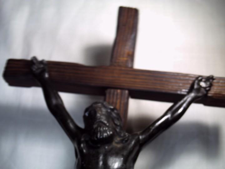 Antigüedades: GRAN CRUCIFIJO DE MESA. CRISTO METÁLICO EN NEGRO SOBRE CRUZ DE PINO VIEJO. - Foto 5 - 103461511