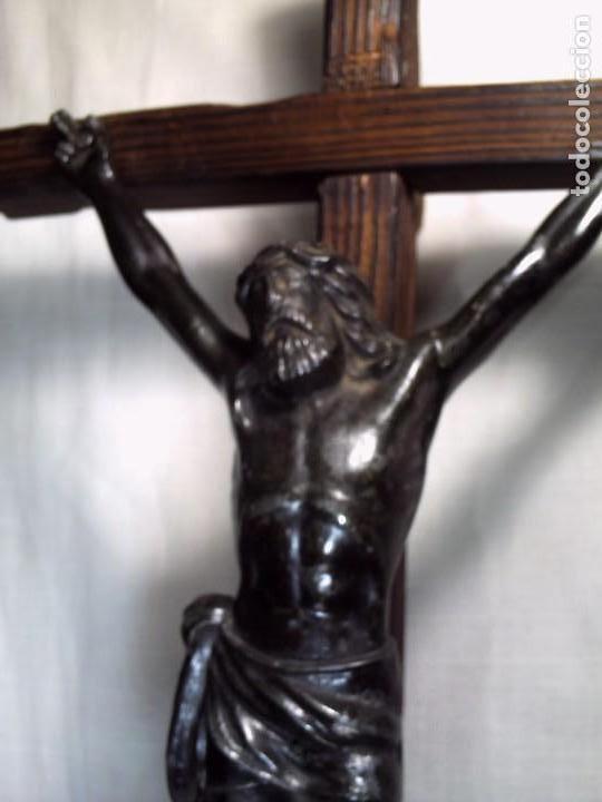 GRAN CRUCIFIJO DE MESA. CRISTO METÁLICO EN NEGRO SOBRE CRUZ DE PINO VIEJO. (Antigüedades - Religiosas - Crucifijos Antiguos)