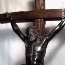Antigüedades: GRAN CRUCIFIJO DE MESA. CRISTO METÁLICO EN NEGRO SOBRE CRUZ DE PINO VIEJO.. Lote 103461511