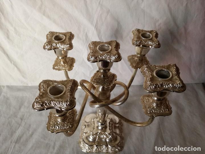 Antigüedades: ELEGANTE PAREJA DE CANDELABROS INGLESES EN METAL BAÑADO EN PLATA. - Foto 5 - 103497991