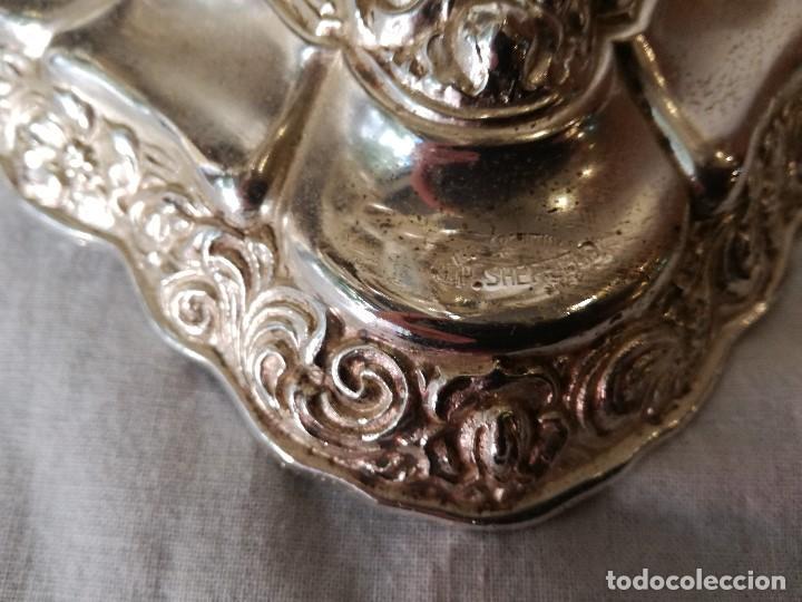 Antigüedades: ELEGANTE PAREJA DE CANDELABROS INGLESES EN METAL BAÑADO EN PLATA. - Foto 7 - 103497991