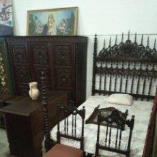 Antigüedades: DORMITORIO MADERA DE CASTAÑO COMPUESTO POR CAMA MESILLAS SILLAS ARMARIO ESPEJO Y COMODA. Lote 103568242