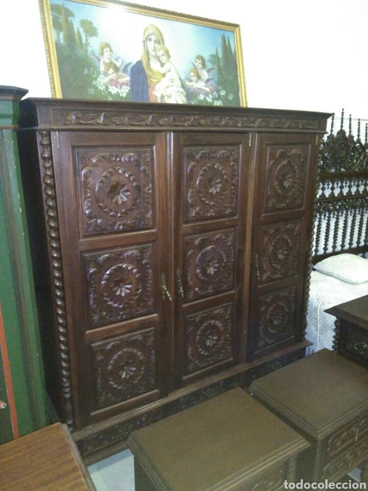 Antigüedades: Dormitorio madera de castaño compuesto por cama mesillas sillas armario espejo y comoda - Foto 4 - 103568242