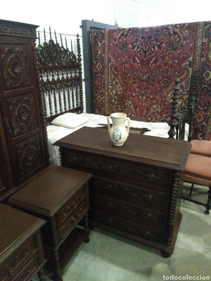 Antigüedades: Dormitorio madera de castaño compuesto por cama mesillas sillas armario espejo y comoda - Foto 6 - 103568242
