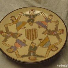 Antigüedades: PLATO DE CERÁMICA VILÁ CLARA REPRESENTANDO UNA SARDANA Y CON EL ESCUDO DE CATALUÑA. Lote 103573703