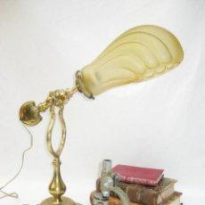 Antigüedades: UNA JOYA! LAMPARA ANTIGUA DE BARCO NAUTICA MESA O PARED BASCULANTE CON TULIPA CONCHA BRONCE MACIZO. Lote 103598795