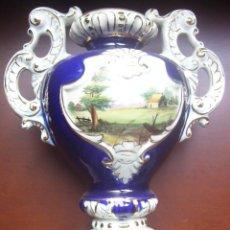Antigüedades: ANTIGUO JARRON PORCELANA AZUL COBALTO - PINTADO A AMBAS CARAS - VER FOTOS - MEDIDAS 30,5 X 24 CM. Lote 103616567