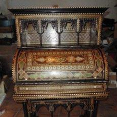 Antigüedades: MAGNIFICO BARGUEÑO DEL XIX TARACEA GRANADINA CON INCRUSTRACIONES DE HUESO O MARFIL TALLADO A MANO. Lote 103629639