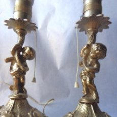 Antigüedades: 2 ANTIGUAS LAMPARAS DE SOBREMESA -PIE DE BRONCE CON FIGURA - SIN PANTALLA - . Lote 103672171